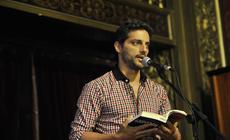 El actor Joaquín Furriel interpretando un fragmento de una de las obras.