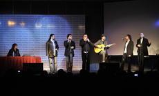 Grupo Cabernet cantando para las bibliotecas populares