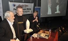 Osvaldo Bayer entrega el Premio Amigo de las Bibliotecas Populares a León Gieco