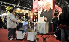 Comprando libros en la 37ª Feria Internacional del Libro