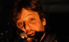 Rodrigo de la Serna canta con su grupo Yotivenco en el cierre del acto Kilómetros de libros