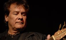"""Victor Heredia canta para Mercedes Sosa en el acto del premio """"Amigo de las bibliotecas populares"""""""